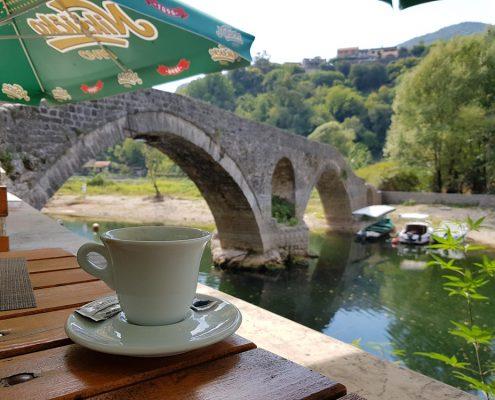 Кафе в Rijeka Crnojevica с видом на старый мост